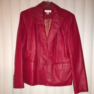 STYLISH RED LEATHER COAT IN BLAZER STYLE.